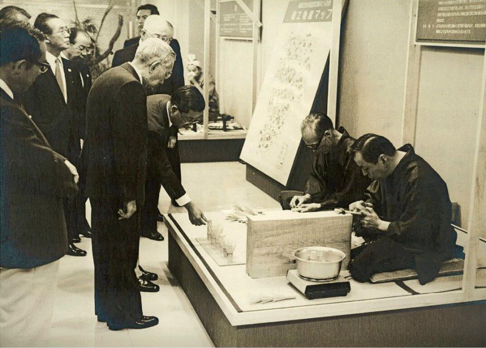 昭和59(1984)年、昭和天皇の御前で茶筌づくりを披露