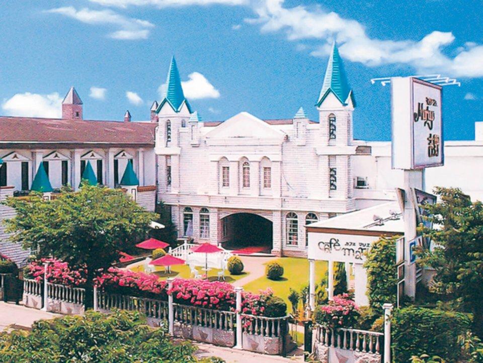 西洋の城を思わせる総合結婚式場のマリアージュ吉野