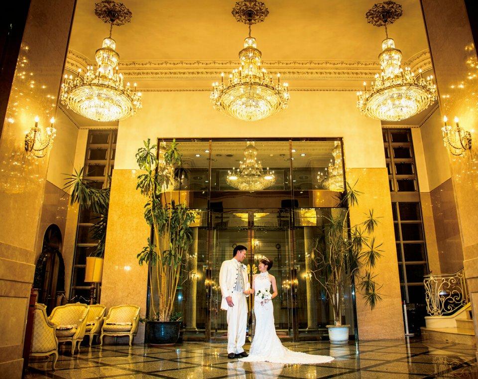 大きなシャンデリアが印象的なホテルグランマリアージュ。元帝国ホテルの役員を相談役に迎え、経営やサービス向上を図る