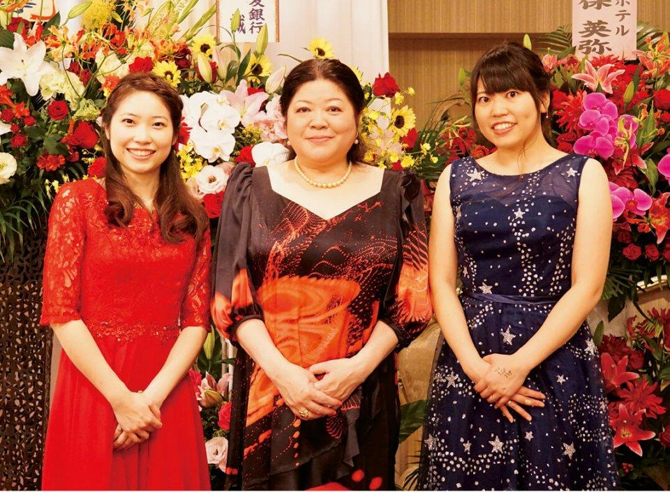 左から次女の恵莉子さん、山本さん、長女の真莉子さん。「わが社の特徴は本物志向の地域密着型企業であることです」と語る山本さん