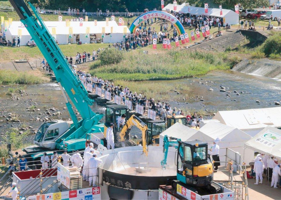 ギネス世界記録に挑戦した第30回大会には日本一の大きさを誇る直径6.5mの三代目鍋太郎が登場。お玉代わりのバックホーが芋煮をすくう