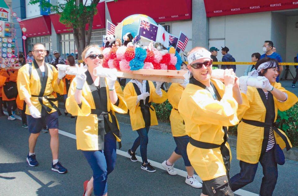 外国人の団体もみこしパレードに参加