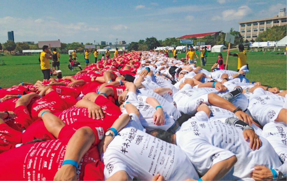 ©2018 Guinness World Records Limited 今年開催されるラグビーW杯を盛り上げようと、豊田商工会議所青年部(愛知県)が挑戦して記録が認定された「最大のラグビースクラム」