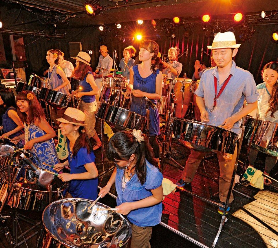 音楽祭オープニング:スティールパンバンドペレの演奏。ドラム缶で作られた打楽器で迫力ある楽曲を披露