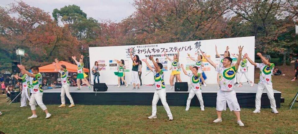わらんちゅフェスティバルオープニング:市民公園に設置した舞台でパフォーマンス