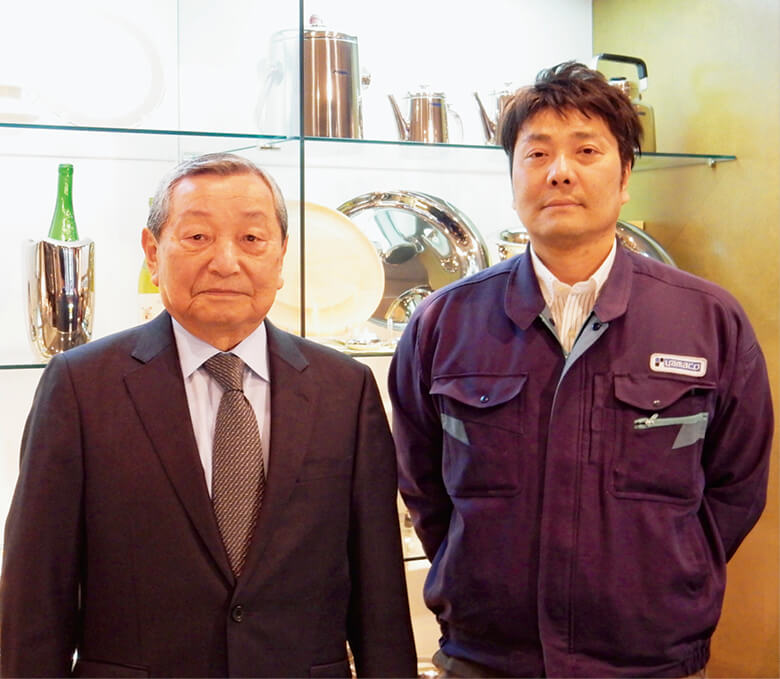 「日本人は高級カトラリーを使わず押し入れにしまっておくケースが多い。ぜひ普段の食卓に使ってほしいですね」と語る山崎悦次社長(左)と息子の山崎修司工場長