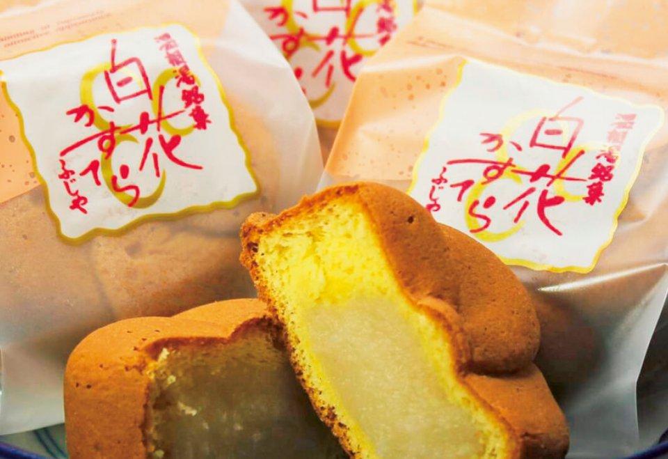 地元・温根湯温泉が生産高日本一を誇る名物・白花豆の餡(あん)が入った人気ナンバーワン商品「白花かすてら」。10個入り1650円(税込)。5個入りもあり