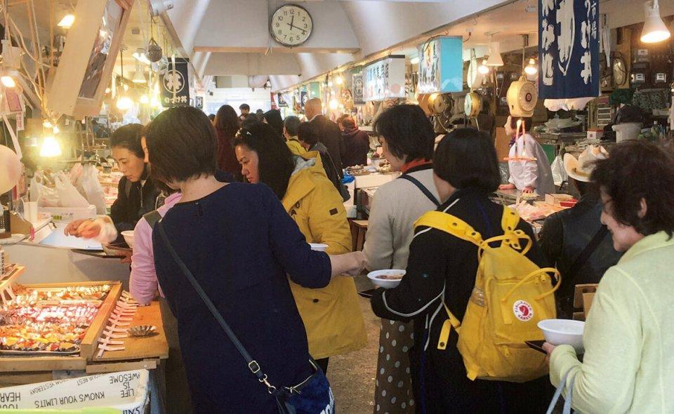 青森駅近くの青森魚菜センターでは、新鮮な魚介類を自分で選べる「のっけ丼」が人気。外国語にも対応したことで外国人観光客が数多く訪れる