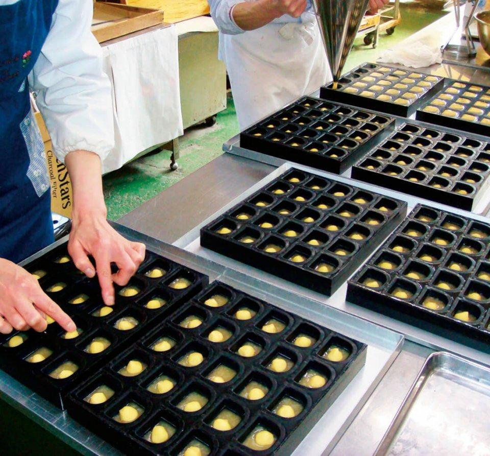 店舗裏の工場で数々のオリジナル菓子を作り続ける木村屋