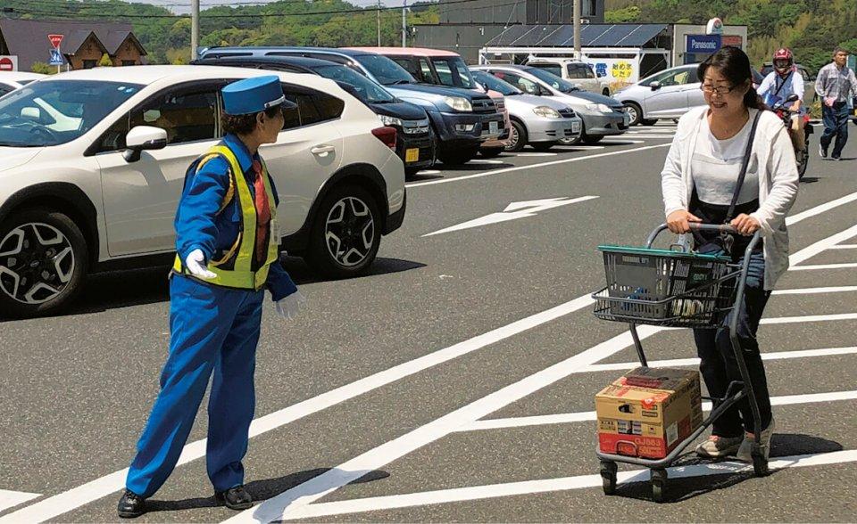 スーパー駐車場での歩行者補助。客への声掛けや気配りがあるからと、女性警備員が指名されることも多い