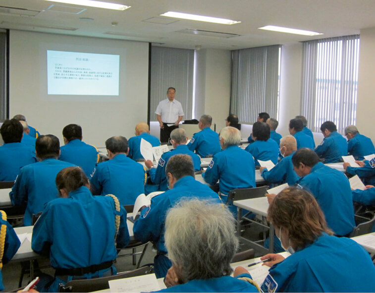 警備員のスキルアップを目指して、商工会議所の会議室を借りて行っている勉強会