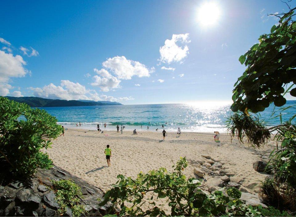 青い海、白い砂浜、サンセットスポットとしても有名な大浜海浜公園