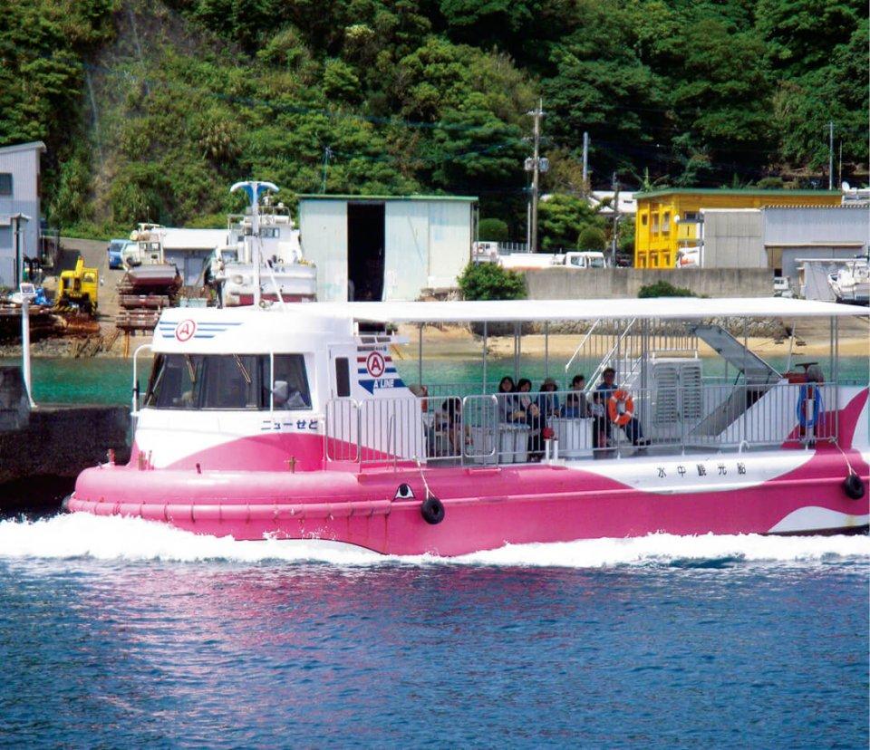 サンゴ礁や熱帯魚を間近に観察できる半潜水船「せと」