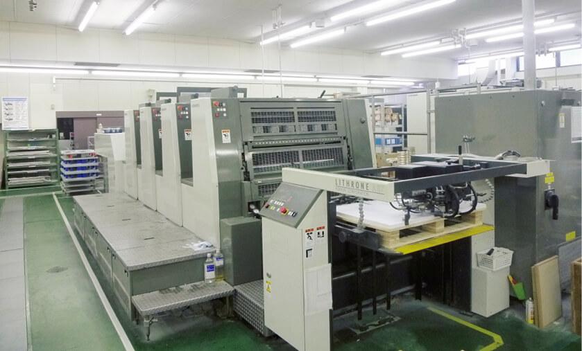 工場では最新の印刷機が稼働しているが、最高の印刷物に仕上げるためには職人が持つ技術の継承が欠かせない