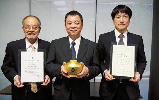 『のどぐろ丼』を提供した日本海・加田会長(左)、同・加田社長(中央)、古代柱醤油醸造元・井上社長(右)