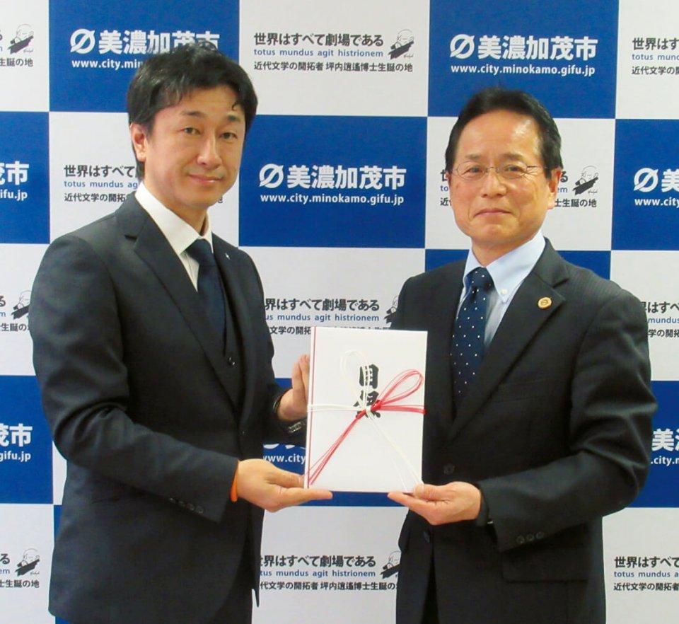 寄付金の目録を贈る酒向会長(左)と美濃加茂市長(右)