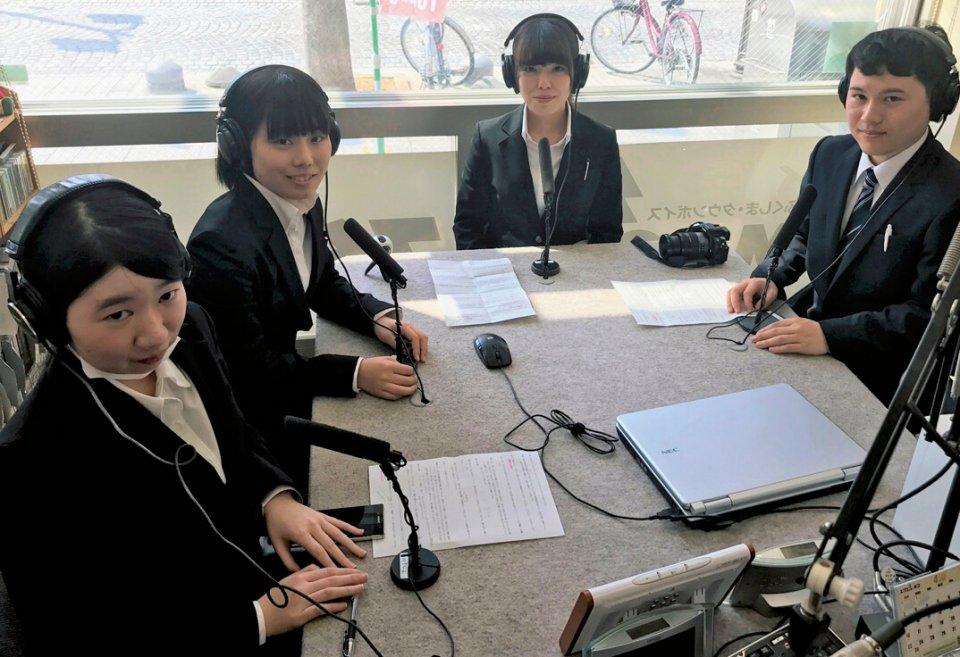 新入社員がDJを務めるラジオ(FM76.MHz)は、毎週水曜日13時18分〜。放送前の打ち合わせや原稿作成を一手に担う