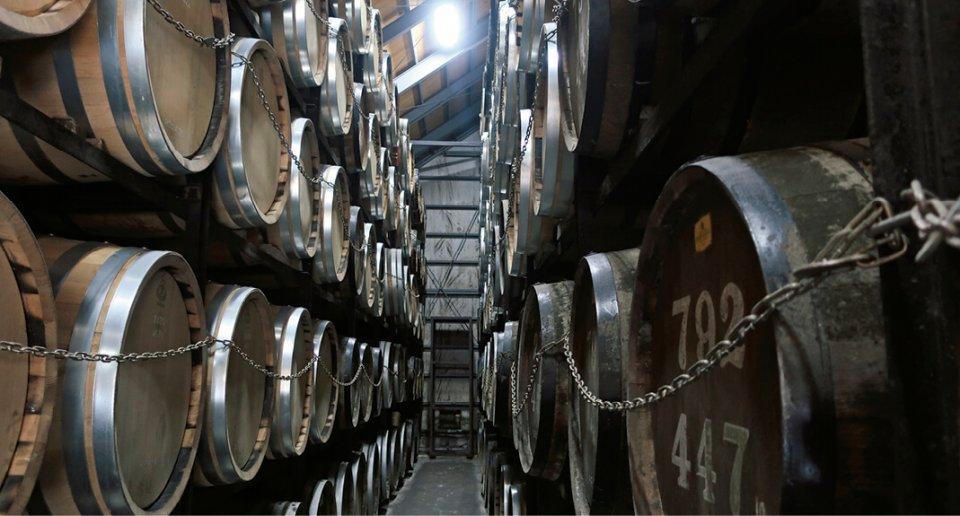 「百年の孤独」は、たるの中で3年ほど熟成させた後、ビン詰めして出荷していく