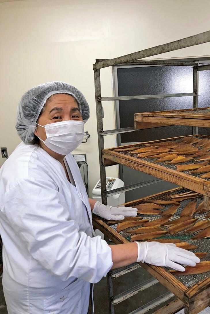 岡村社長が熱い思いで開発したオイルルージュは、フグの燻製(くんせい)で知られる松浦商店の新たなヒット商品だ