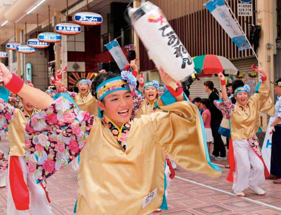 うわじまガイヤカーニバル:色とりどりのコスチュームの若者たちがダイナミックな踊りで真夏の夜を彩る。今年30回目