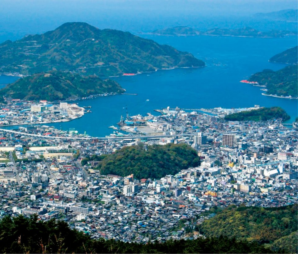 尻割(しりわり)山(標高980m)から見た宇和島市中心部と宇和海。中央の緑は宇和島城