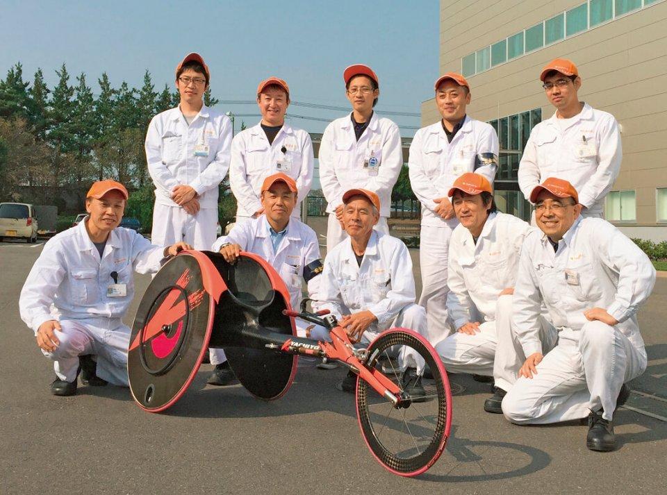 製品設計・生産技術・試作の関係者を中心に結成された車いすレーサー開発チーム