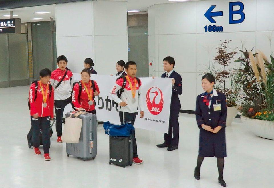 リオパラリンピックから帰ってきた川本さんを成田空港で出迎える同社社員