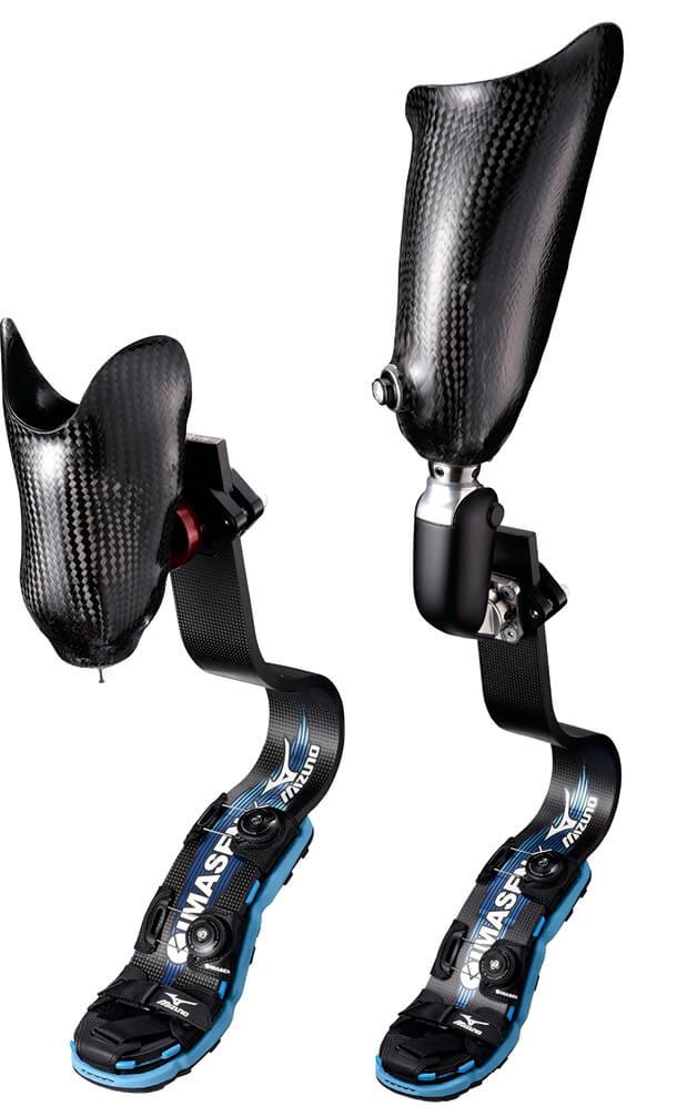 ミズノと共同開発した義足用スパイク「KATANA-β」を用いた下腿モデル(左)と大腿モデル(右)。市販品になかったスパイクとセットのフットカバーは、選手の声を反映して開発