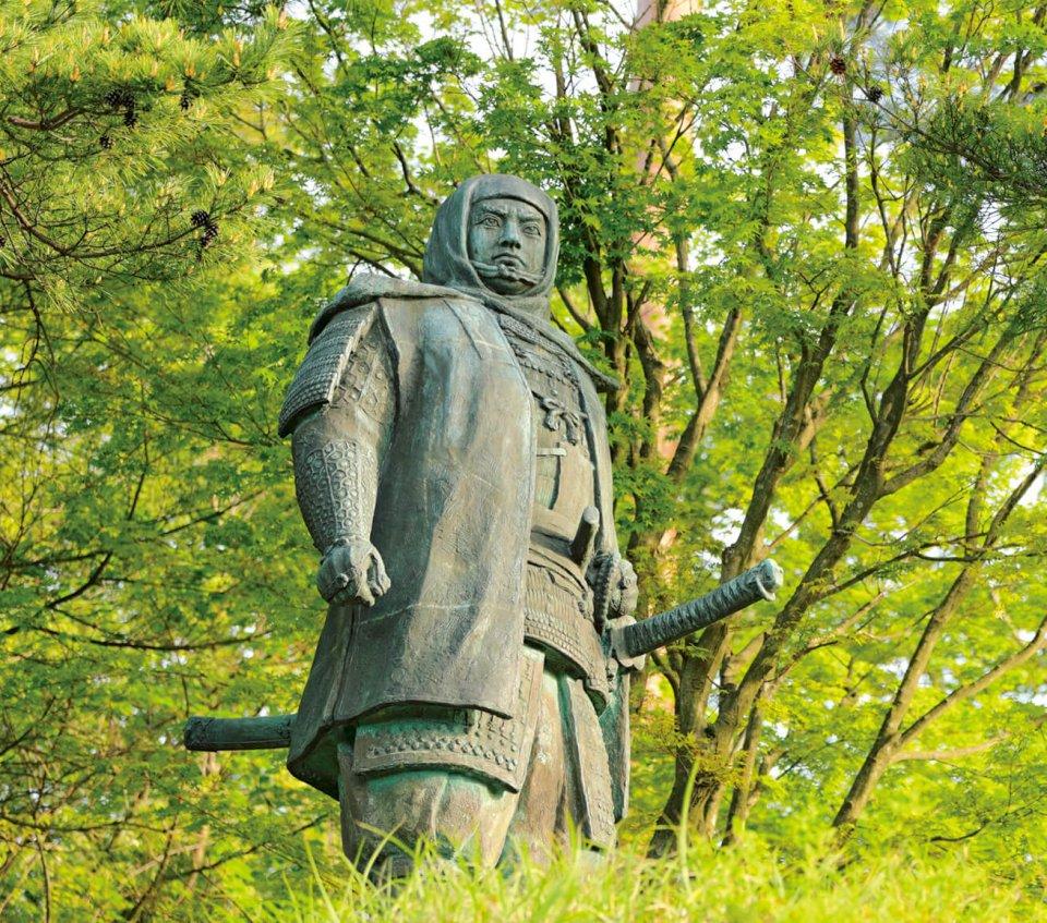 国の指定史跡で日本百名城の一つ、上杉謙信公の居城として知られる春日山城跡。その中腹に謙信公銅像がある