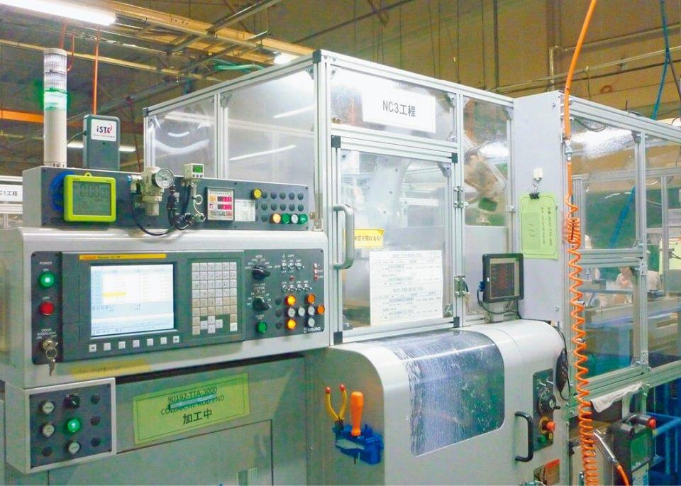 IoT化された生産ライン。画面左に送信機などのIoT装置が見える