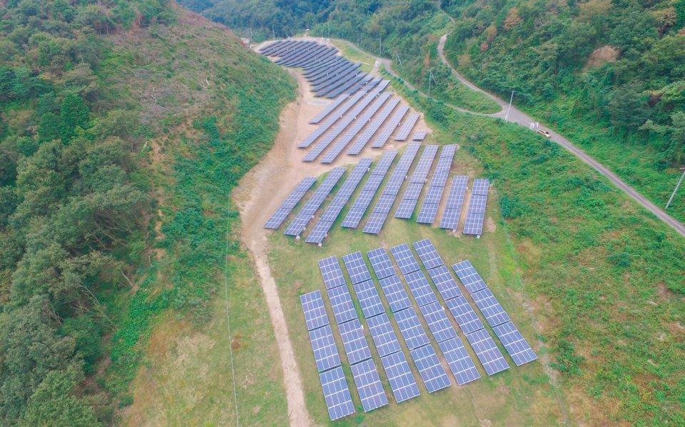 太陽光発電事業では、造園会社としての強みを生かし、地域の景観を損なわない設置を行う