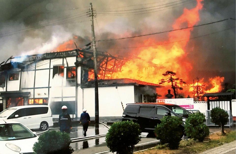 真っ赤な炎と黒煙に包まれた大火時の鶴来家