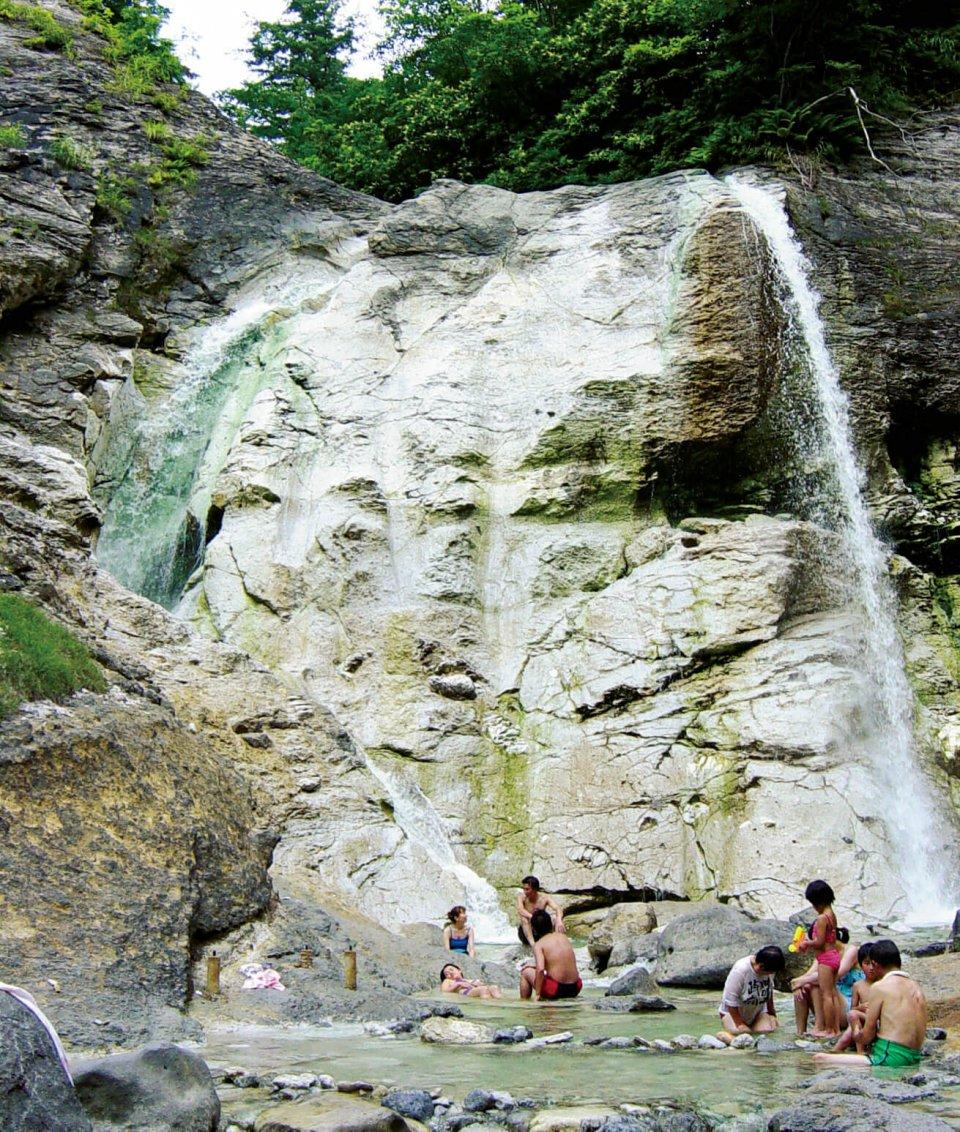 川原毛大湯滝:自然の滝の二つの滝壺が天然の露天風呂。源泉は世界に三つしかない強酸性温泉。皮膚炎などに効能を持つ