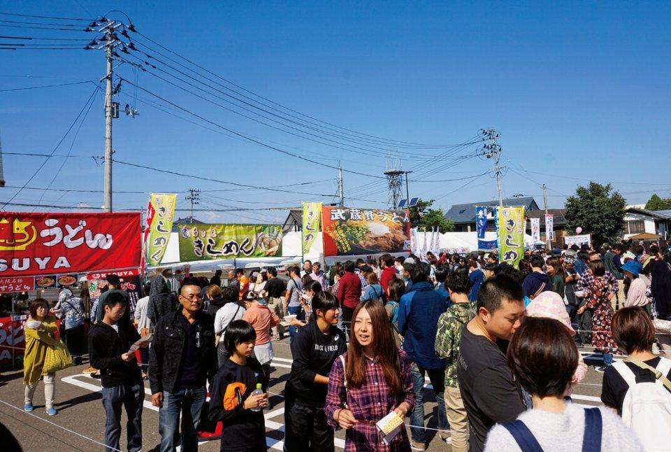 全国まるごとうどんエキスポ:日本三大うどんの一つ「稲庭うどん」発祥の地「湯沢」で開催。全国のうどん産地から店舗が集結。100人の地元高校生ボランティアなど、多くの市民に支えられている特徴を持つ