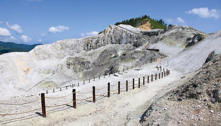 川原毛地獄:荒涼とした地獄のような景色が広がり、自然からのエネルギーを感じられるパワースポット