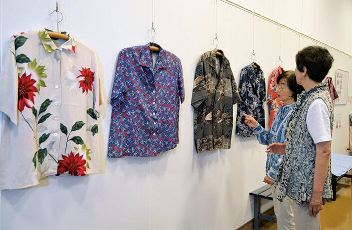 手づくりのアロハシャツ。和裁・洋裁の経験がない会員らが苦労して縫製(写真提供:岡谷市民新聞社)