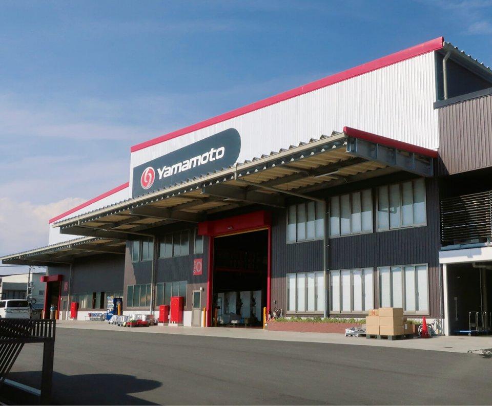 山本製作所では、ドライクリーニング用機器やコインランドリー機器、リネンサプライ機器、施設向け機器などを製造・販売している