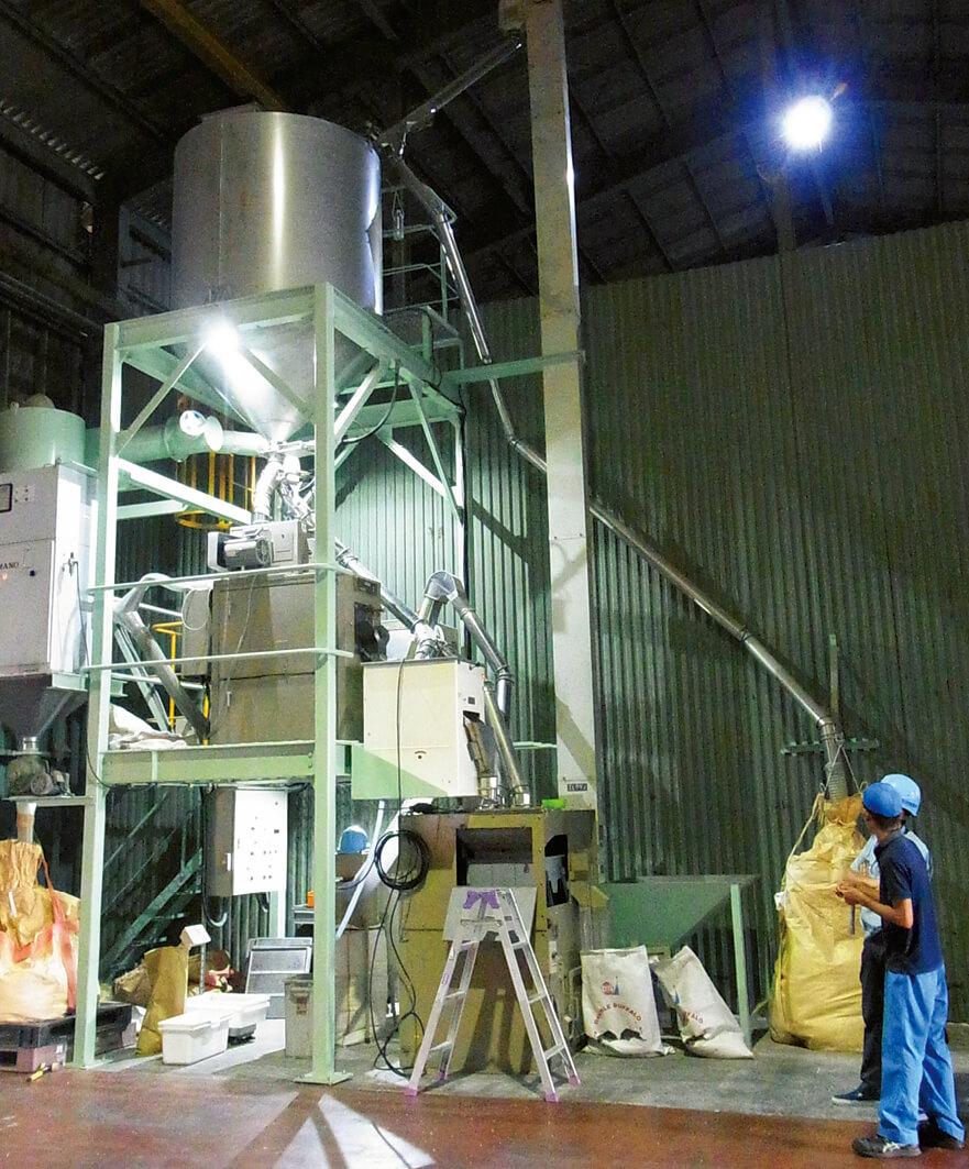 本社工場内にあるハトムギの精麦・脱穀ライン。この小型ラインを今年9月にミャンマーに輸送した