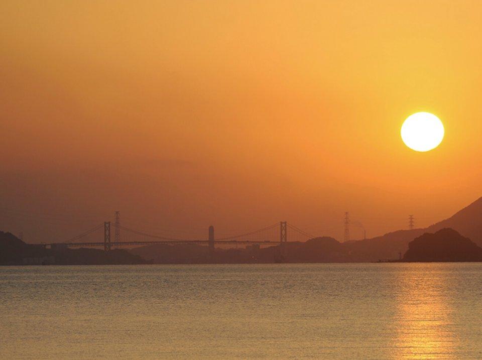 津布田海岸から眺める夕陽は美しい