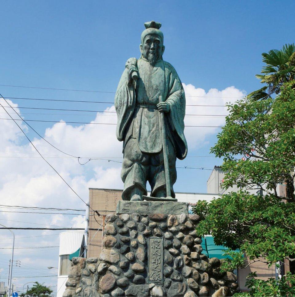 厚狭駅前に建つ寝太郎像