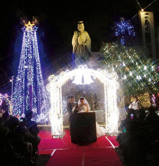 寝太郎像の前で開催される厚狭駅前イルミネーションプロジェクト