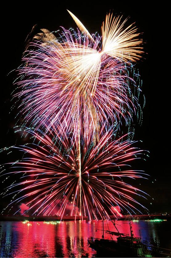 埴生漁港を会場に10月中旬に行われるお祝い夢花火