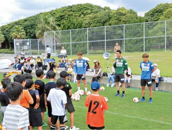 レノファ山口の選手と同市小学生との交流事業