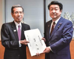要望書を手交する伊藤特別顧問(左)と稲津副大臣