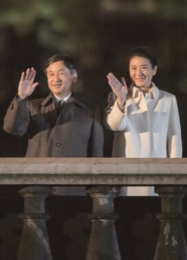 集まった参加者に手を振られる天皇、皇后両陛下 (提供:天皇陛下御即位奉祝委員会)
