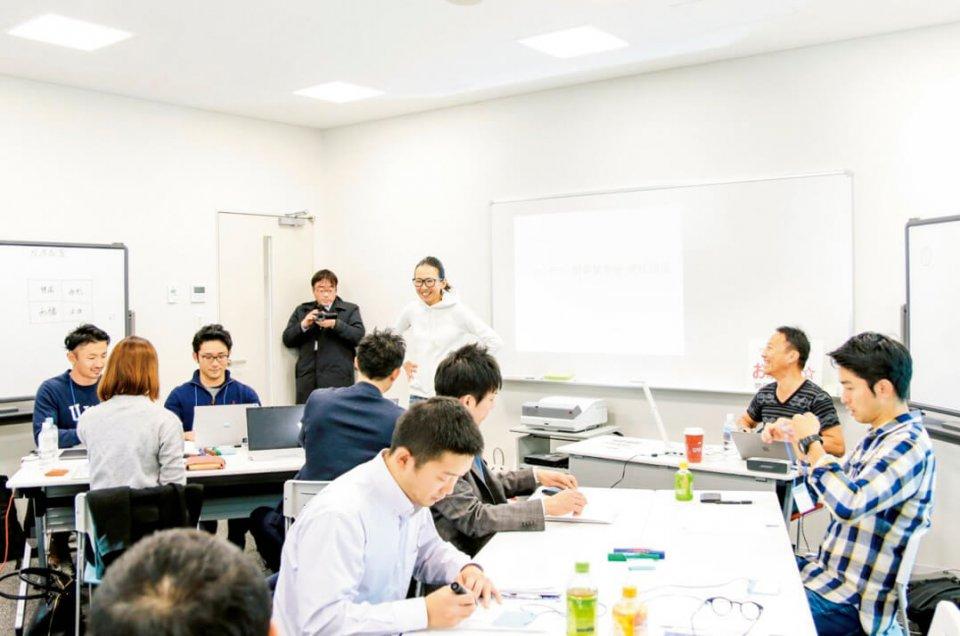 「ガチンコ後継者ゼミ」では、山野さんが講師となり、家業について学ぶ機会を提供。千年治商店では自治体や中小企業支援機関などに「出前」もする