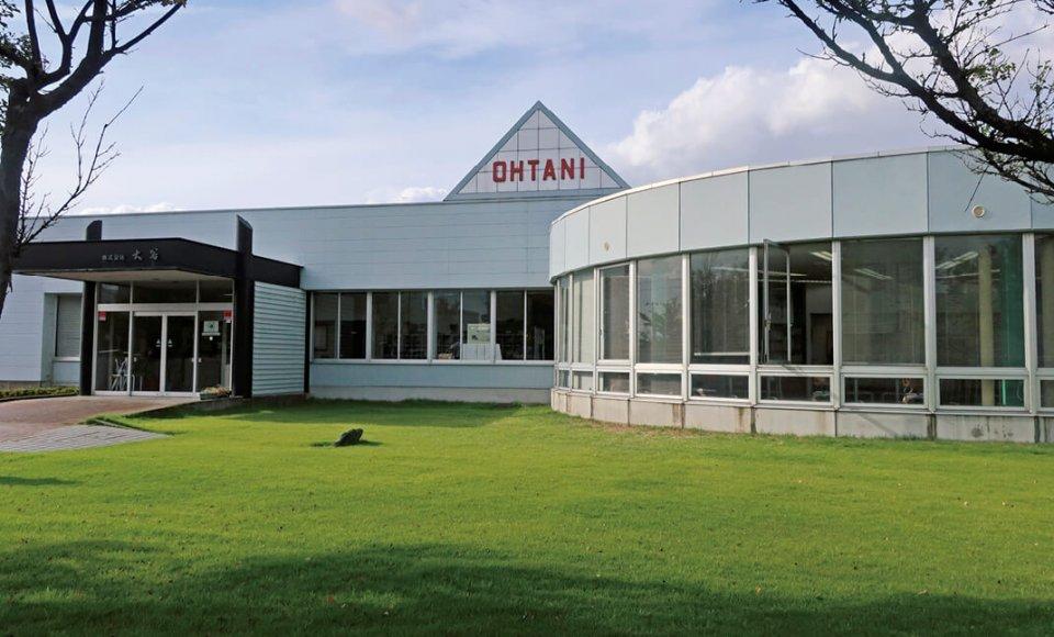 大谷は全店舗の受注を本社工場で一括。現在は全国売り上げ・利益第1位の大型印章専門店となっている