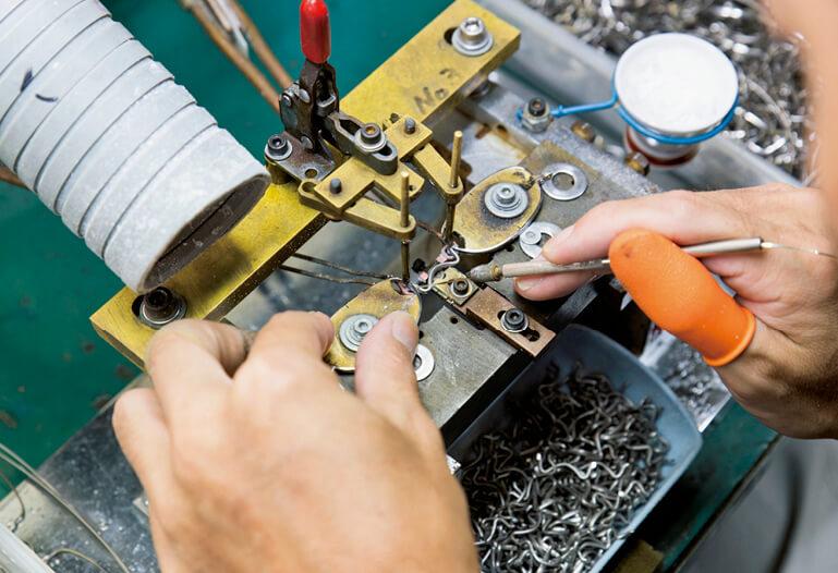 200〜250もの緻密な工程を要するメガネのフレーム。その製造が鯖江市内で全て完結する。「この技術力をメガネ以外の産業に生かさない手はない」と西村さん