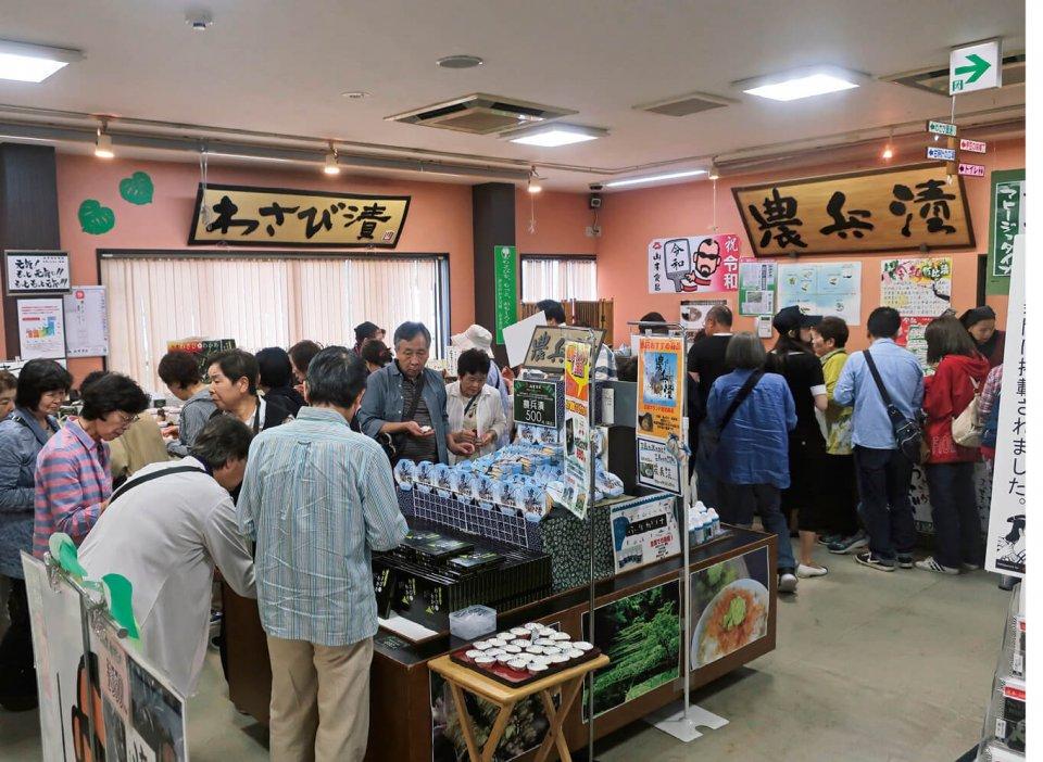 「三島わさび工場」の店内は、平日でも観光客でにぎわう