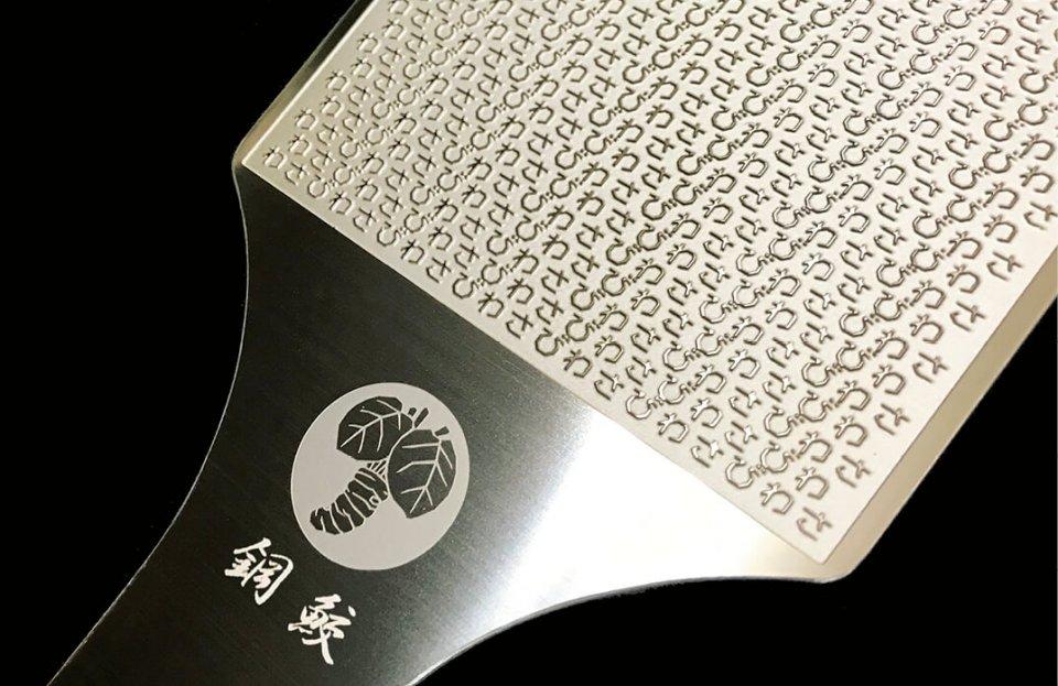 地元の金属製版所と協力して開発した鋼製わさびおろし「鋼鮫(はがねざめ)」は近年のヒット商品